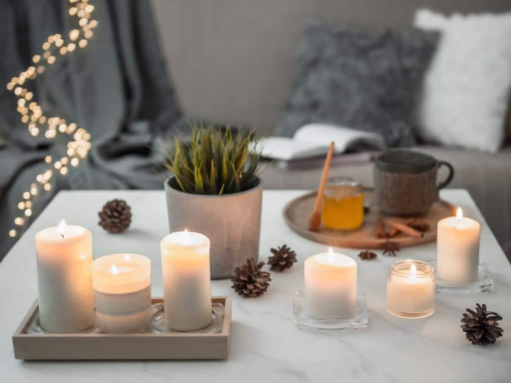 Cozy home, hygge, cosiness concaGemütliches Licht, das dimmbar ist, oder viele, viele Kerzen sorgen für das hyggelige Gefühl. copyright: Envato / Fascia