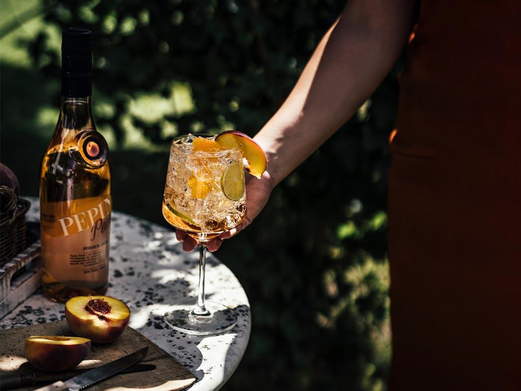 Coole Drinks und chillige Beats passen perfekt zur Spätsommer-Party.