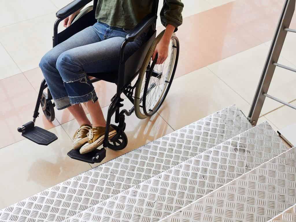 Ein Treppenlift für Rollstuhlfahrer muss besonders hohen Ansprüchen und Qualitätsmerkmalen standhalten. copyright: Envato / AnnaStills