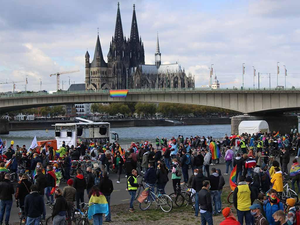 Bei der AbDie Abschlusskundgebung der Kölner CSD-Demo 2020 fand an der Deutzer Werft statt.