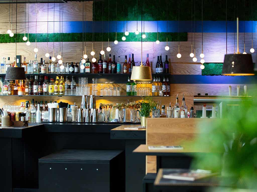 An der Bar warten kreative Drinks auf die Gäste.