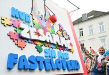"""Zugleiter Holger Kirsch präsentierte beim Rosenmontagszug 2020 das kommende Sessionsmotto des Kölner Karnevals: """"Nur zesamme sin mer Fastelovend""""."""