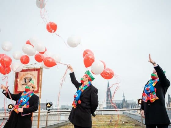 Statt mit tausenden Jecken in der Altstadt die Sessionseröffnung zu feiern, ging es für das designierte Kölner Dreigestirn am 11.11.2020 eher ruhig und beschaulich zu. copyright: Festkomitee Kölner Karneval