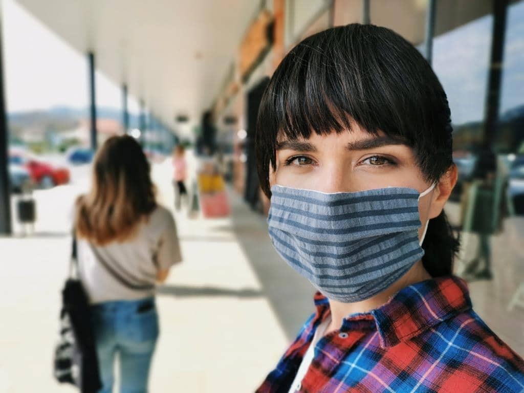 Hier muss eine Alltags-Schutzmaske getragen werden