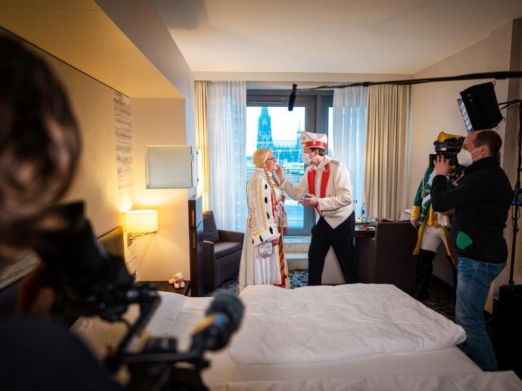 Die TV-Zuschauer beim WDR sind trotz Corona ganz nah an Prinz, Bauer und Jungfrau.