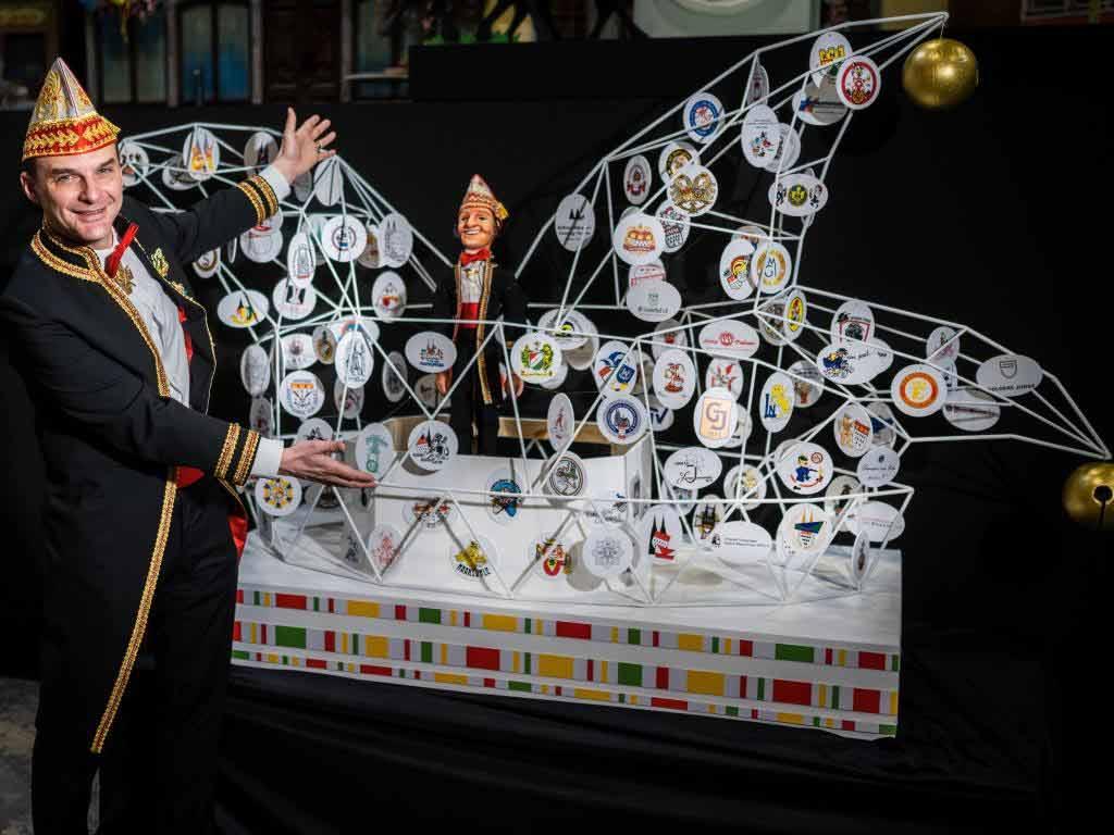 Zugleiter Holger Kirsch präsentiert seinen eigenen Miniatur-Wagen.