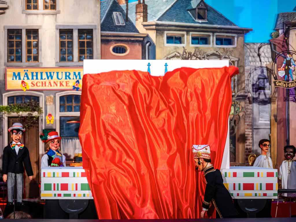 Zum Abschluss der Miniaturversion des Kölner Rosenmontsgazugs 2021 enthüllte Zuglieter Holger Kirsch das Motto der Kölner Karnevalssession 2022.
