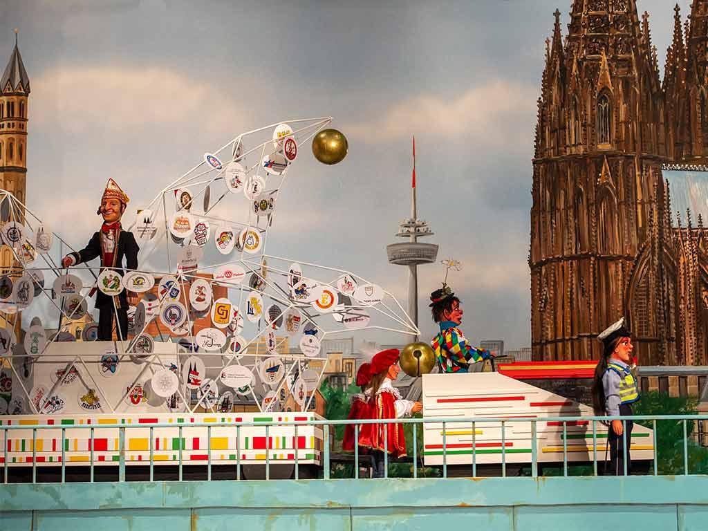 Gemeinsam mit dem legendären Hänneschen Theater veranstaltet das Festkomitte Kölner Karneval den ausgefallensten Rosenmontagszug. Dabei geht es auch auf die Schäl Sick.