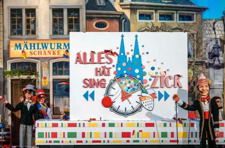 Zugleiter Holger Kirsch (Hänneschen-Puppe) enthüllte das Motto der Kölner Karnevalssession 2022: Alles hät sing Zick