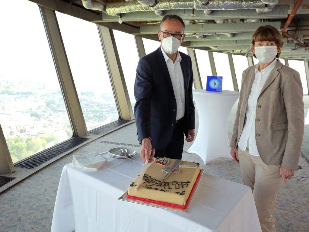 Kölns Oberbürgermeisterin Henriette Reker und Bruno Jacobfeuerborn, Geschäftsführer der Betreibergesellschaft DFMG Deutsche Funkturm GmbH, beim 40. Geburtstag des Kölner Fernsehturms.
