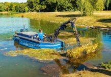 Die StEB Köln ist in den Kölner Parkweihern mit Mähbooten im Einsatz.