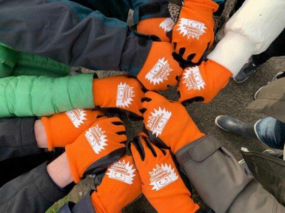 """Alle Mitsammelnden können Handschuhe in Kinder- und Erwachsenen-Größe sowie Abfallsäcke mit dem """"Kölle putzmunter""""-Logo bestellen."""