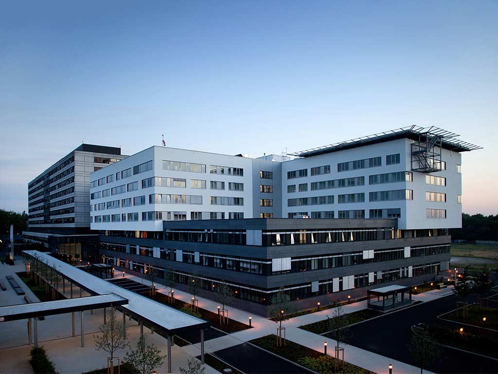 """Das Krankenhaus Köln-Merheim sucht dringend """"Helfende Hände""""."""