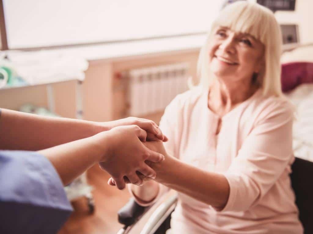 """Die """"Helfenden Hände"""" sind wichtige Unterstützung für Mitarbeiter und Patienten im Krankenhaus. (Symbolbild)"""