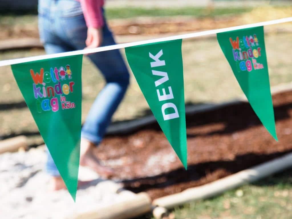 Beim Weltkindertag 2019 konnten Kinder und Jugendliche ihre Sinne auf dem DEVK-Barfußpfad testen.