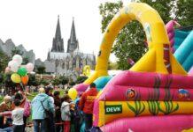 Vor der Coronapandemie hat die DEVK jedes Jahr ein buntes Programm am Rheinufer organisiert.